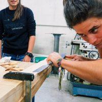 Holzarbeiten mit Meißel am Rotorblatt